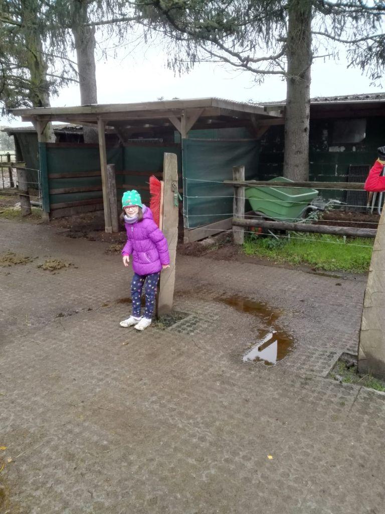 Mädchen auf dem Reiterhof